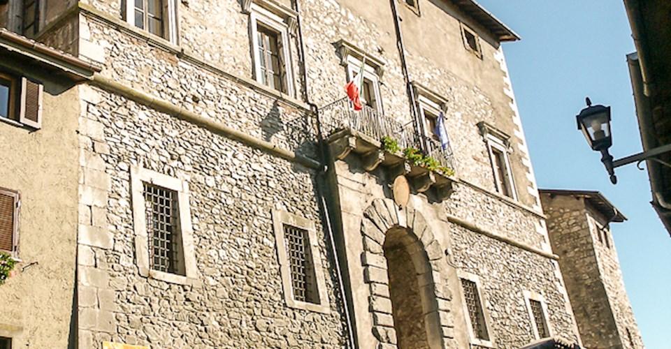 <a href='dettagli.aspx?c=4&sc=11&id=3&tbl=contenuti'><div class='slide_title'><h3>Il Palazzo Baronale</h3></div><div class='slide_text'><span>L'imponente palazzo spicca sull'edilizia del borgo assumendo su di sé il ruolo rappresentativo del potere politico. L'edificio fu costruito nella parte inferiore tra il XIV e il XV secolo, come una se ...</span></div></a>